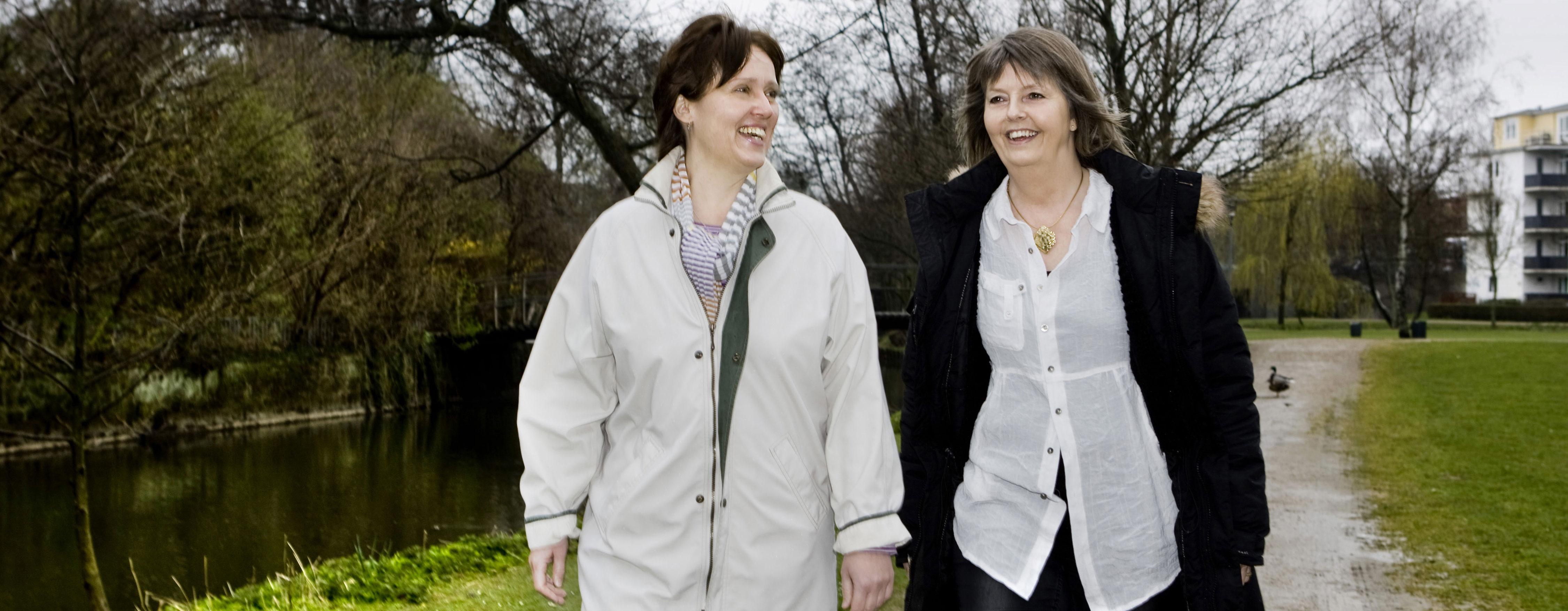 Kvindenetværket, to kvinder taler mens de går en tur. Walk-and-talk.