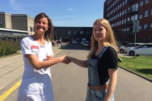 """""""Vi ser frem til at være til stede og nærværende for de døende patienter,"""" forklarer Maria (til højre), der er teamleder i Vågetjenesten Nørrebro. Ledende oversygeplejerske Mette Juhl fra Lungemedicinsk Afdeling ser også frem til samarbejdet."""