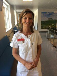 """""""Sygeplejerskerne må til tider forlade den døende, fordi der ikke er tid nok. Det kan være rigtigt hårdt, og Vågetjenesten vil være med til at fratage den dårlige samvittighed,"""" forklarer Mette Juhl"""