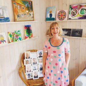 Hanne fremviser malerværkstedets flotte produktioner