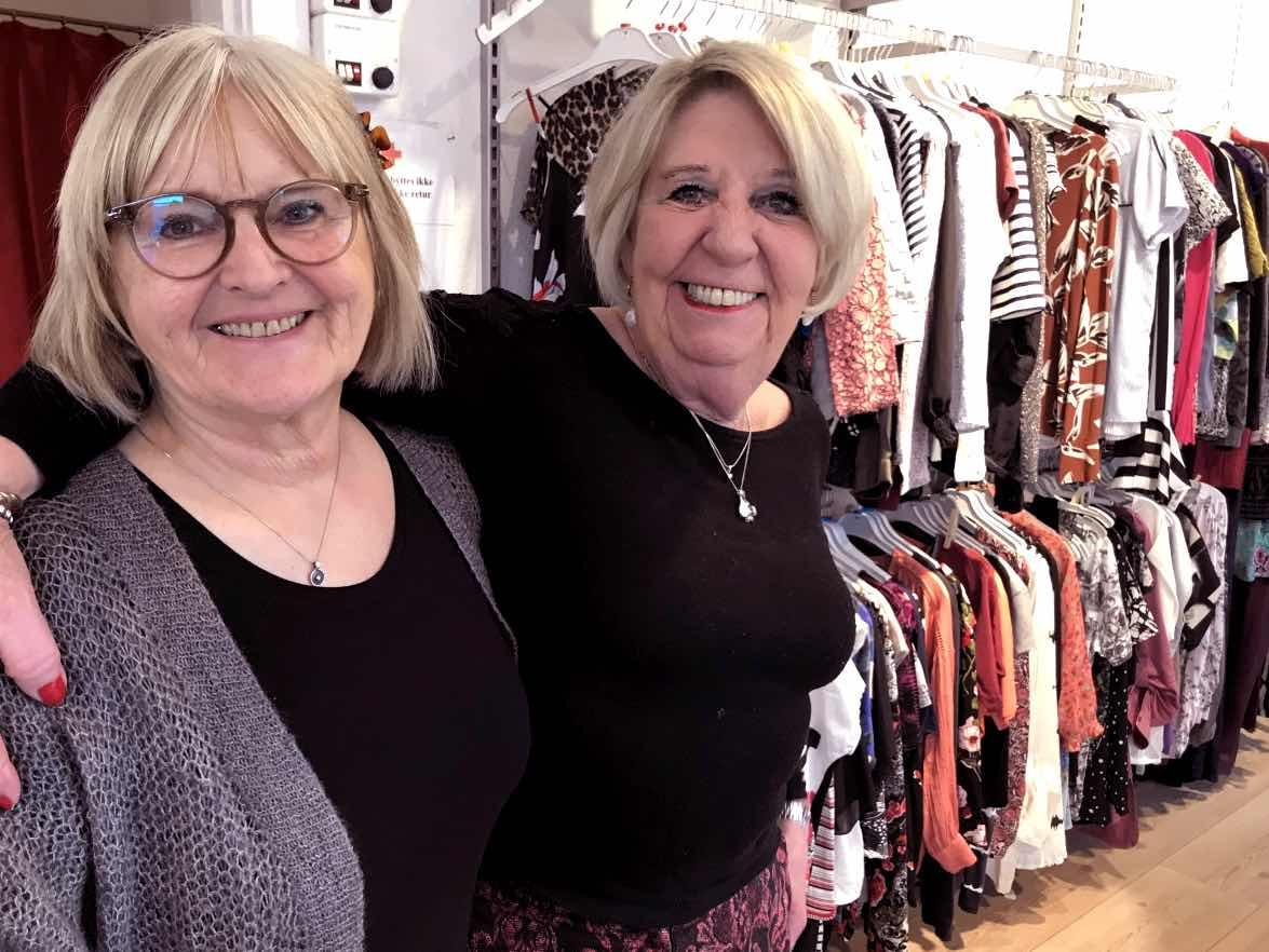 Bente og Anita fra Røde Kors-butikken i Valby kan tydeligt mærke, at der er kommet mere fokus på bæredygtighed det seneste år.